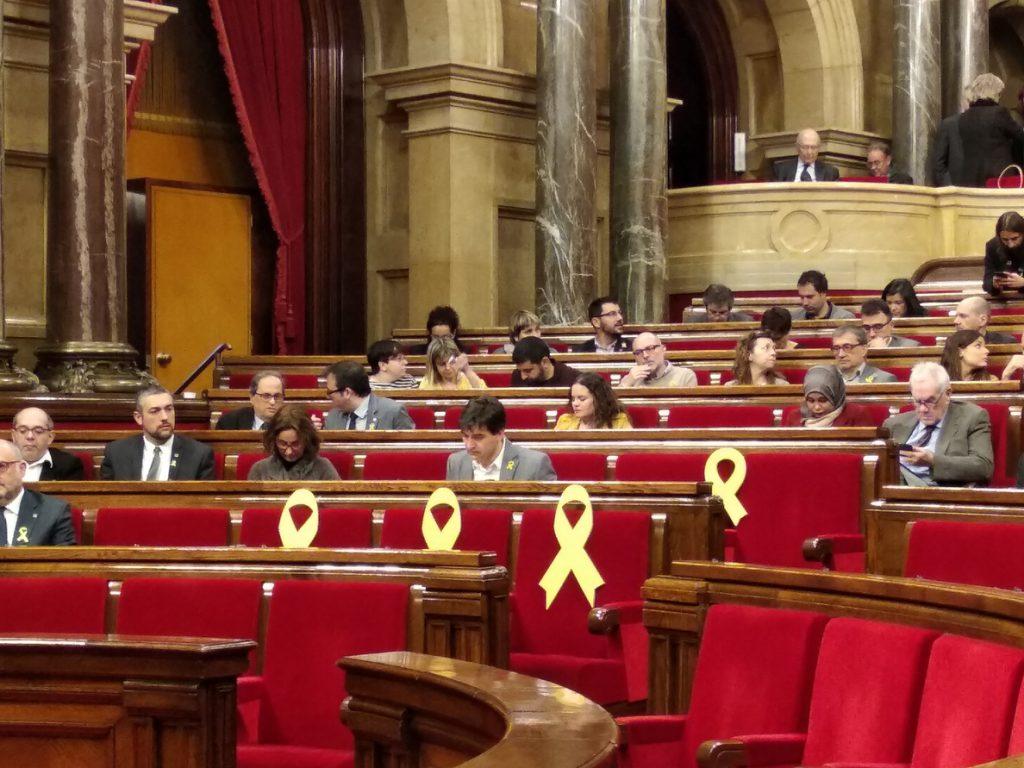 JxCat, ERC, CatECP y CUP aplauden en el pleno a la familia de los encarcelados