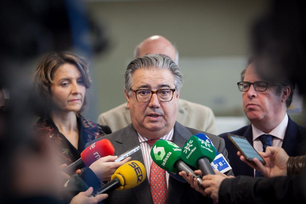 Zoido apremia a proponer un candidato que cumpla las condiciones legales para que se recupere la normalidad en Cataluña