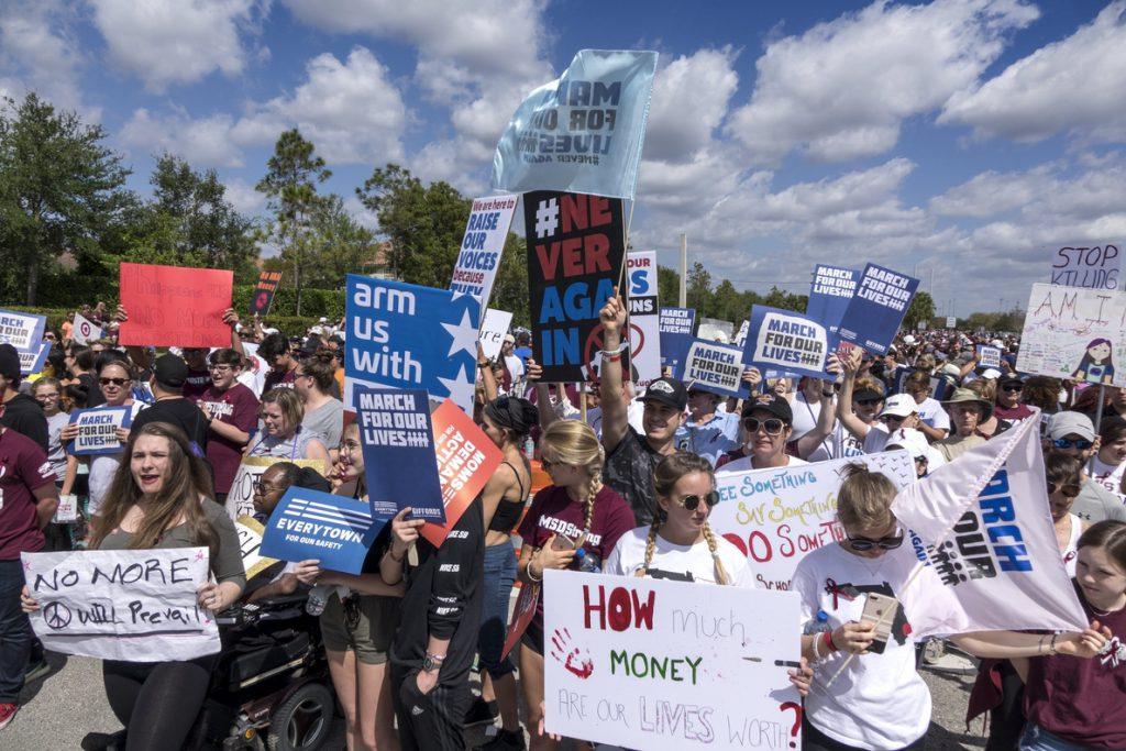 Un millón de estudiantes reclaman un mayor control de acceso a armas en EEUU
