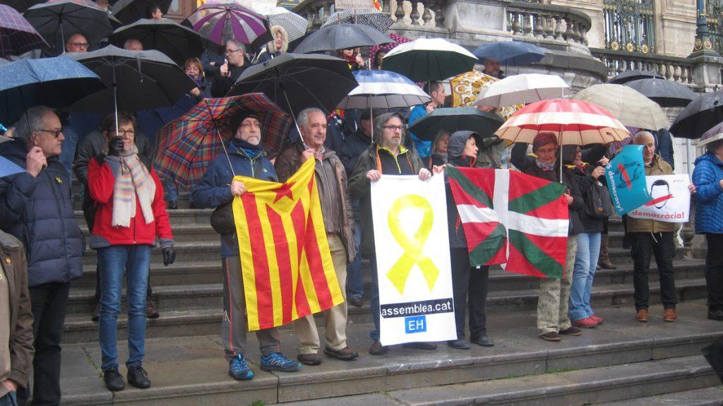 Denuncian ante ayuntamientos vascos «la situación de excepción» catalana y piden libertad para los «presos políticos»