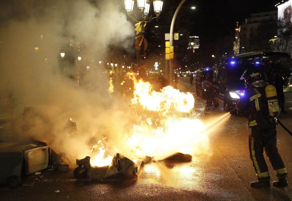 Seis detenidos y 98 heridos por disturbios que empiezan a remitir en Cataluña