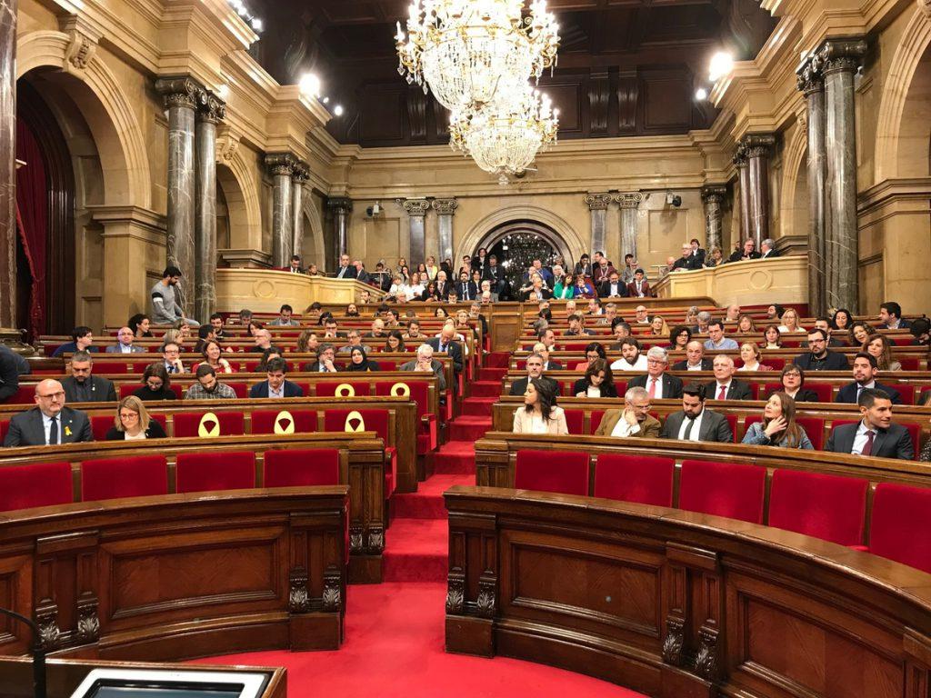 El Parlament aprueba la resolución de los comuns que pide la libertad de presos soberanistas