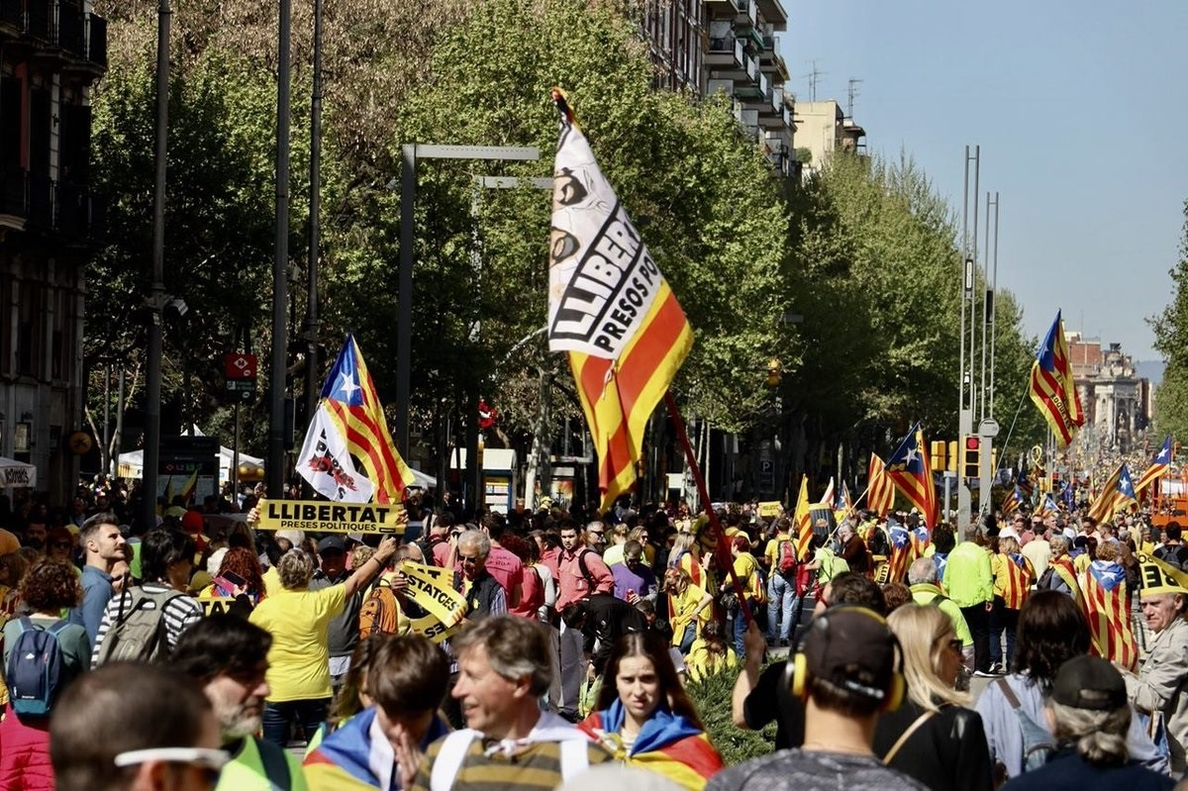 Miles de personas llenan la plaza España de Barcelona antes de la manifestación por los presos soberanistas