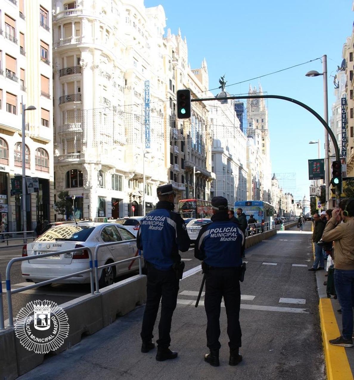 Carmena anuncia una campaña de promoción de la Policía Municipal y una posible medalla el día de su patrón