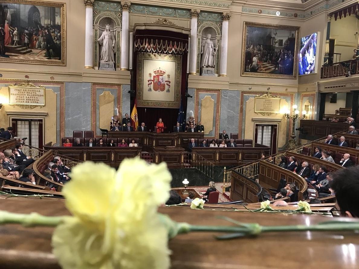 Diputados de ERC y PDeCAT aplauden con claveles amarillos al presidente portugués, que acaba su discurso con Viva España