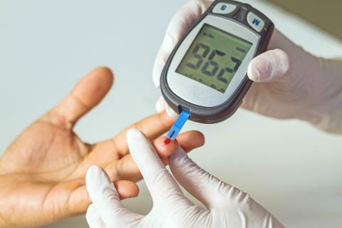 Crean un brazalete inteligente para controlar a distancia el nivel de glucosa de niños diabéticos