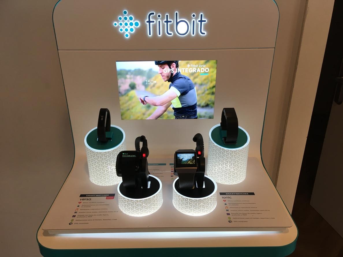 Fitbit presenta en España Fitbit Versa, un »smartwatch» deportivo enfocado a la salud femenina