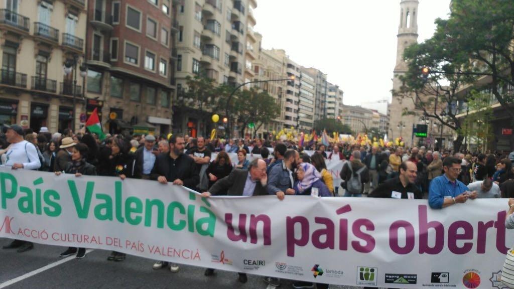 Miles de personas se manifiestan por «la voluntad de diversidad y pluralidad» de la sociedad valenciana en Valencia