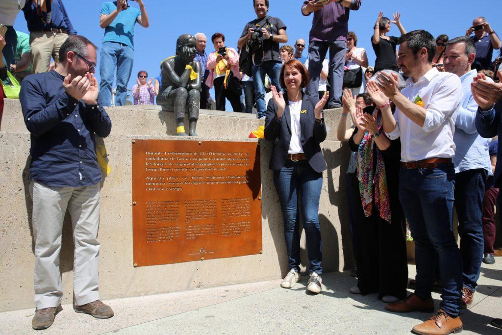 Más de 2.000 personas celebran en Gerona el cambio de nombre de la plaza U d'Octubre de 2017