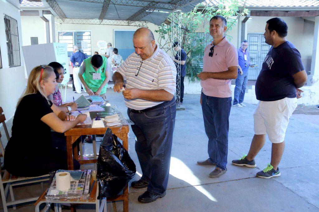 Candidatos a la Presidencia paraguaya votan en una jornada electoral tranquila