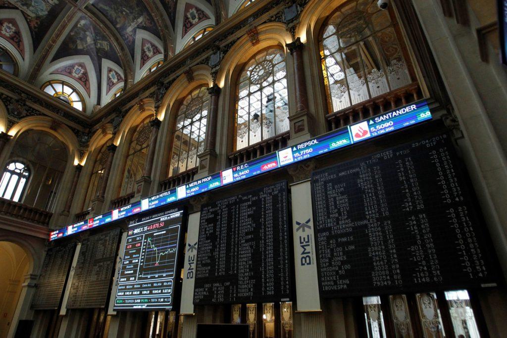 El IBEX avanza un 0,38 % y supera los 9.900 puntos, animado por la banca