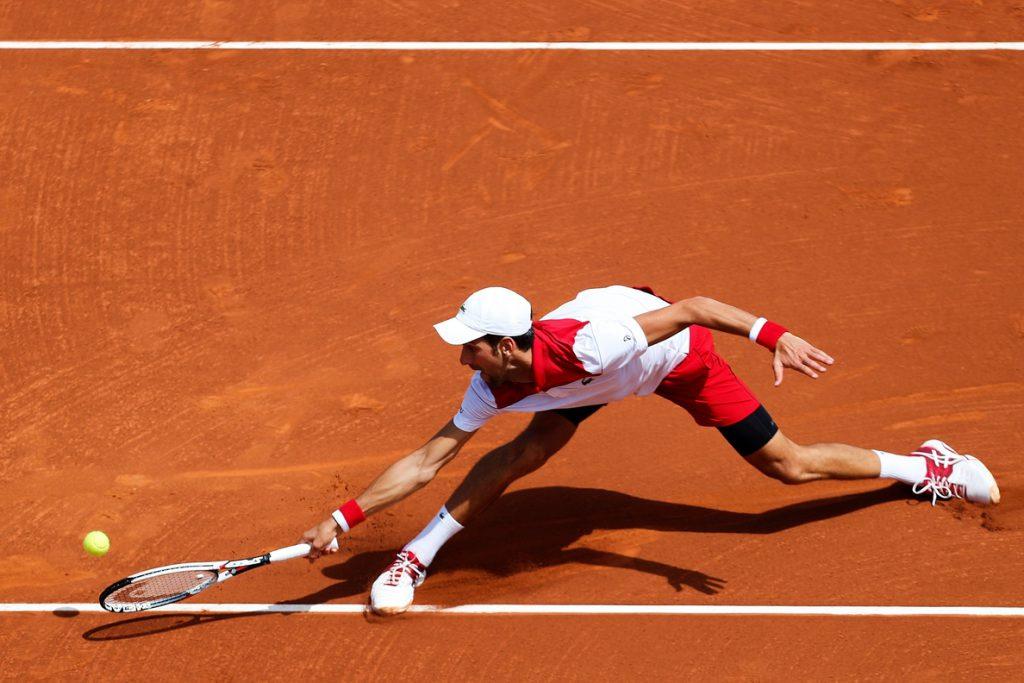 Nadal suda en su debut y Djokovic se despide a las primeras de cambio