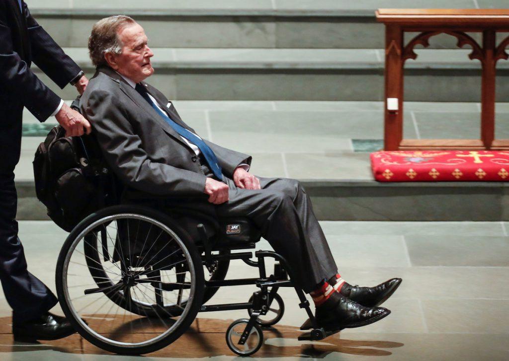 El expresidente George H.W. Bush sale de cuidados intensivos