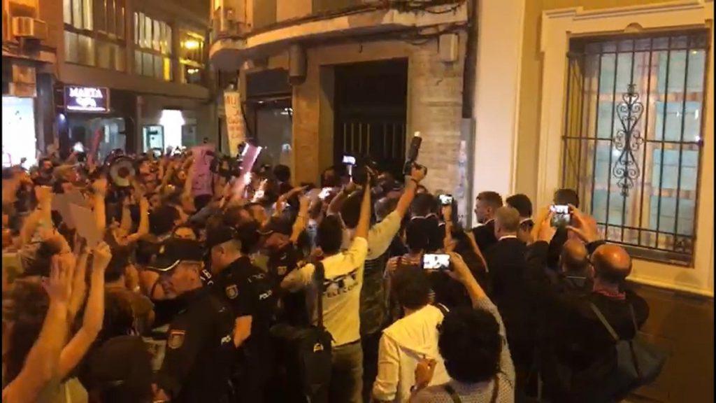 Centenares de manifestantes en contra de la sentencia de 'La Manada' abuchean al ministro de Justicia en Córdoba