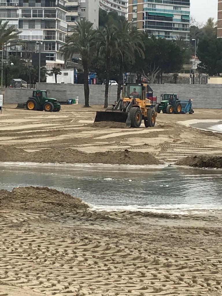 Alicante pone en marcha «el mayor dispositivo en años» para acondicionar las playas afectadas por las fuertes lluvias