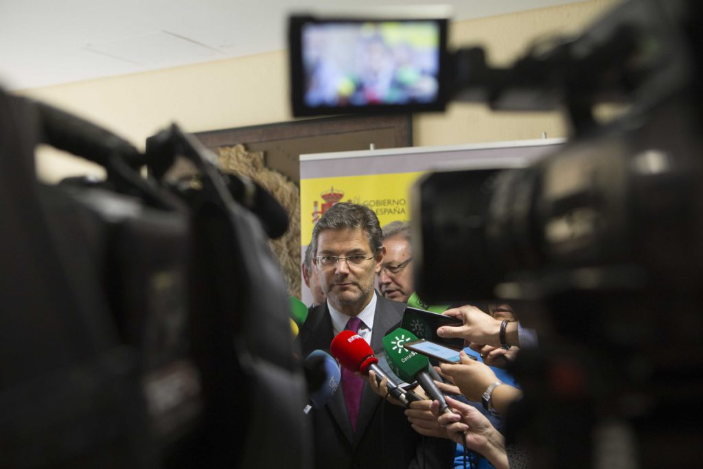 Las asociaciones de jueces y fiscales piden la dimisión de Catalá por sus críticas al juez de 'La Manada'