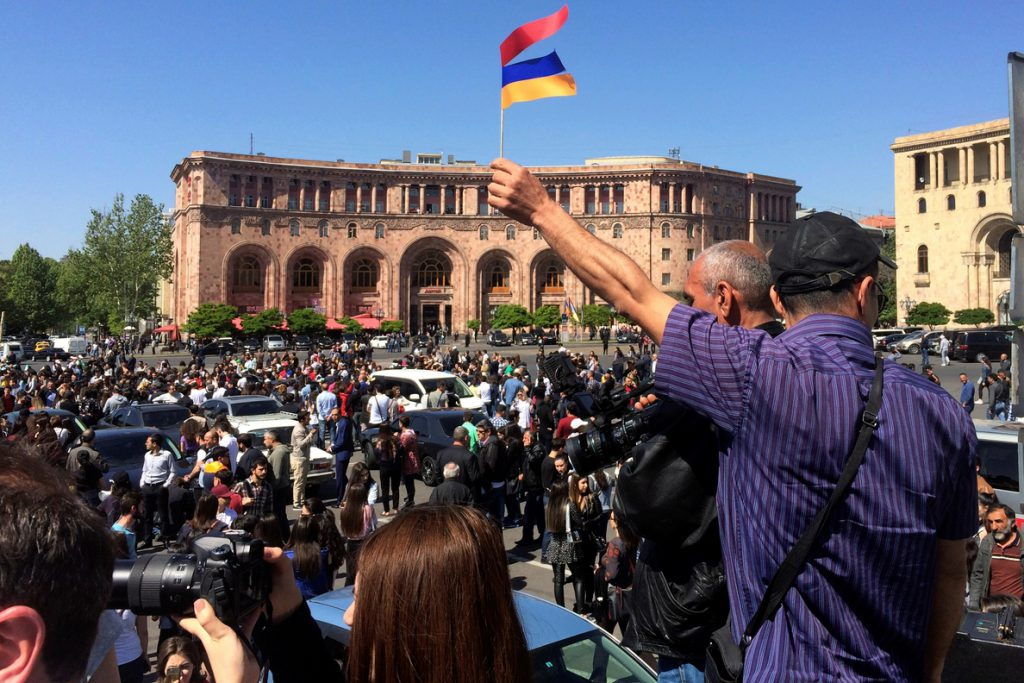 Pashinián llama a los armenios a salir a la calle al intervenir en el Parlamento