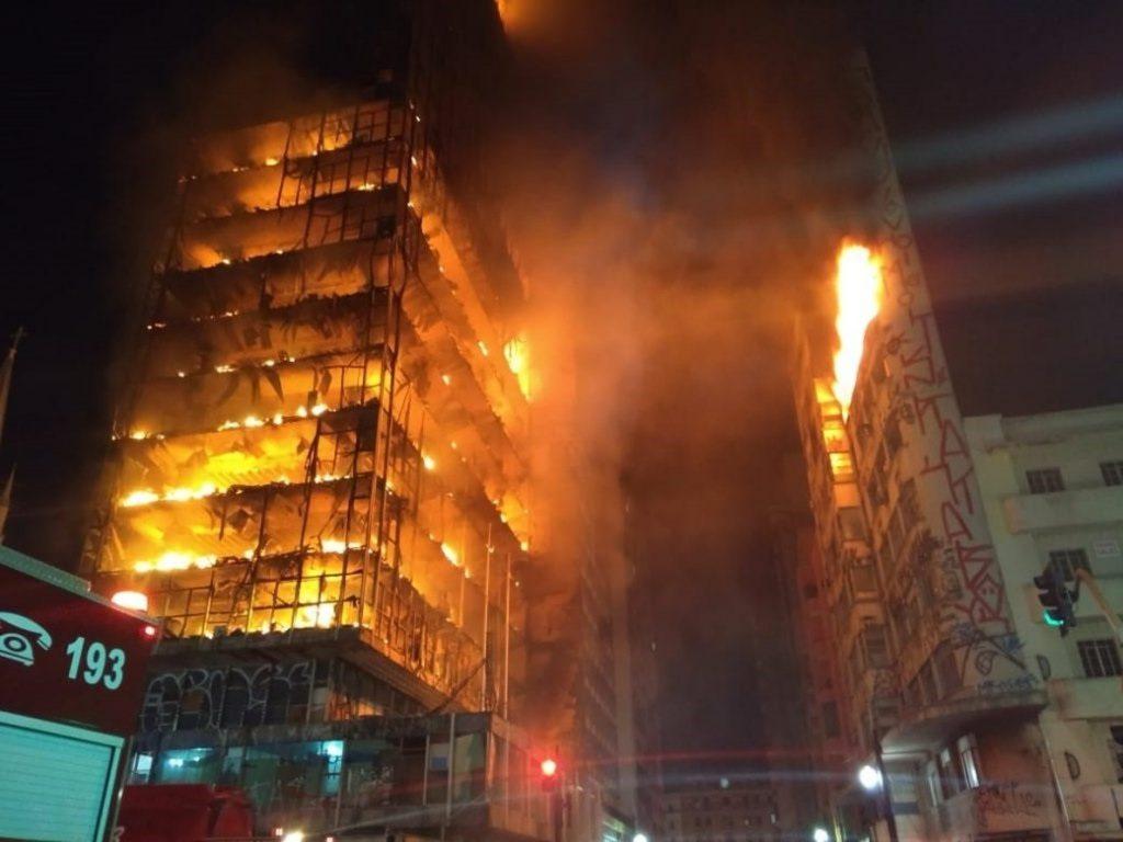 Al menos un muerto por el derrumbe de un edificio en llamas en Sao Paulo
