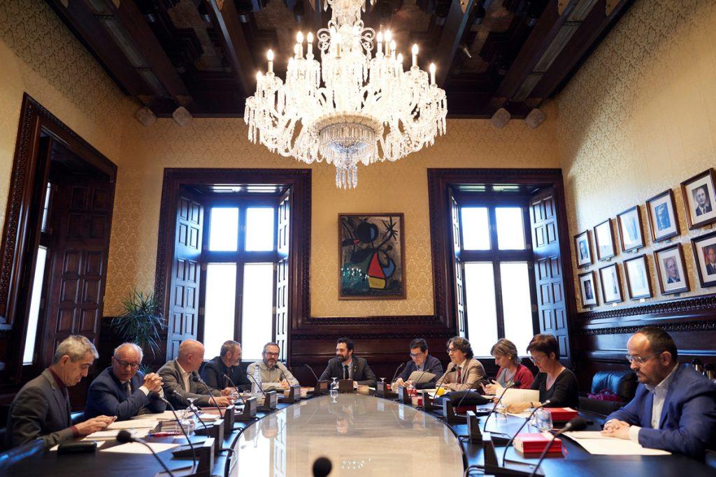 Miembros de la Mesa Parlament de JxCat rechazan firmar la notificación del Tribunal Constitucional