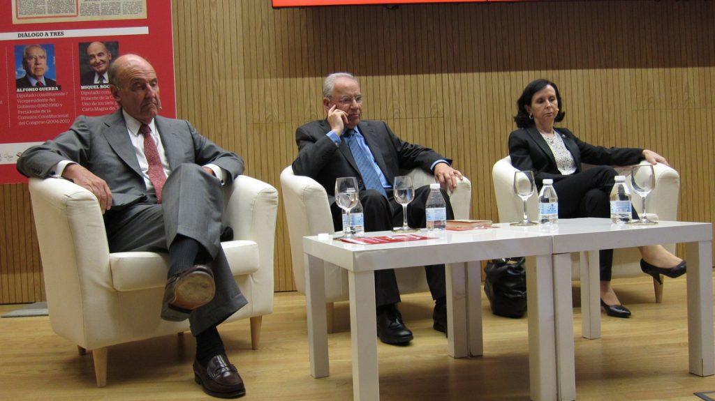 Alfonso Guerra, María Emilia Casas y Miquel Roca son partidarios de reformas en la Constitución y valoran su desarrollo