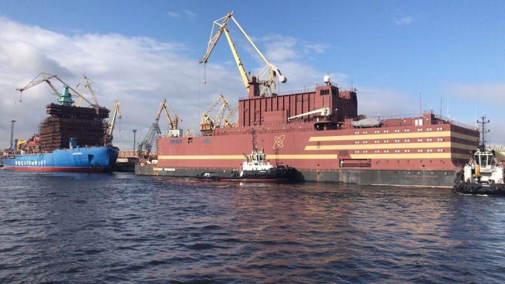 Greenpeace protesta en el mar Báltico contra una plataforma nuclear flotante de una empresa rusa