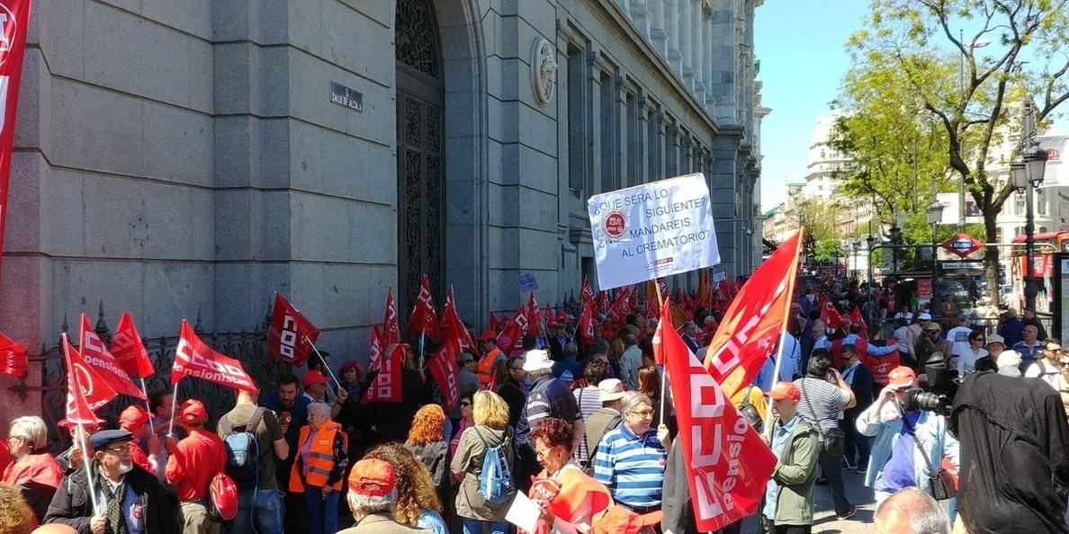 Cientos de personas forman una cadena humana en Madrid para pedir unas pensiones «dignas»