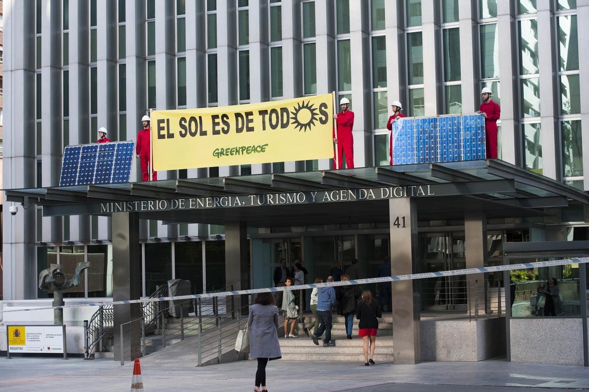 Greenpeace coloca placas solares en el Ministerio de Energía para reclamar más apoyo a las renovables