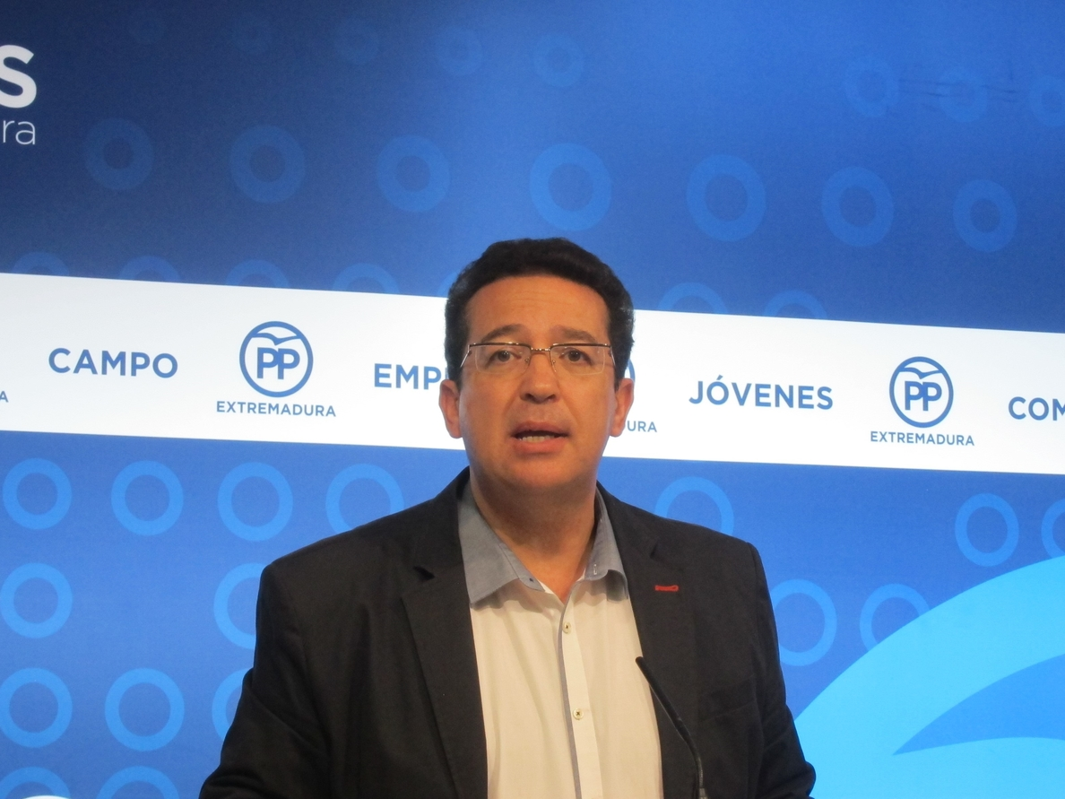 El PP critica que Vara reciba en «parihuela» a Pedro Sánchez en la sede de la Presidencia de la Junta
