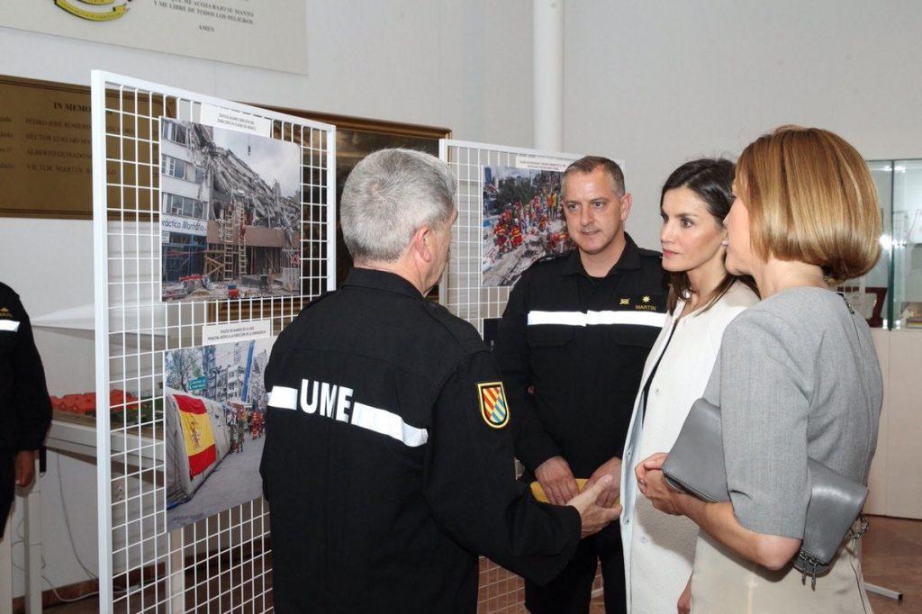 La Reina Letizia visita por primera vez el cuartel general de la UME y asiste a una reunión de trabajo con Cospedal