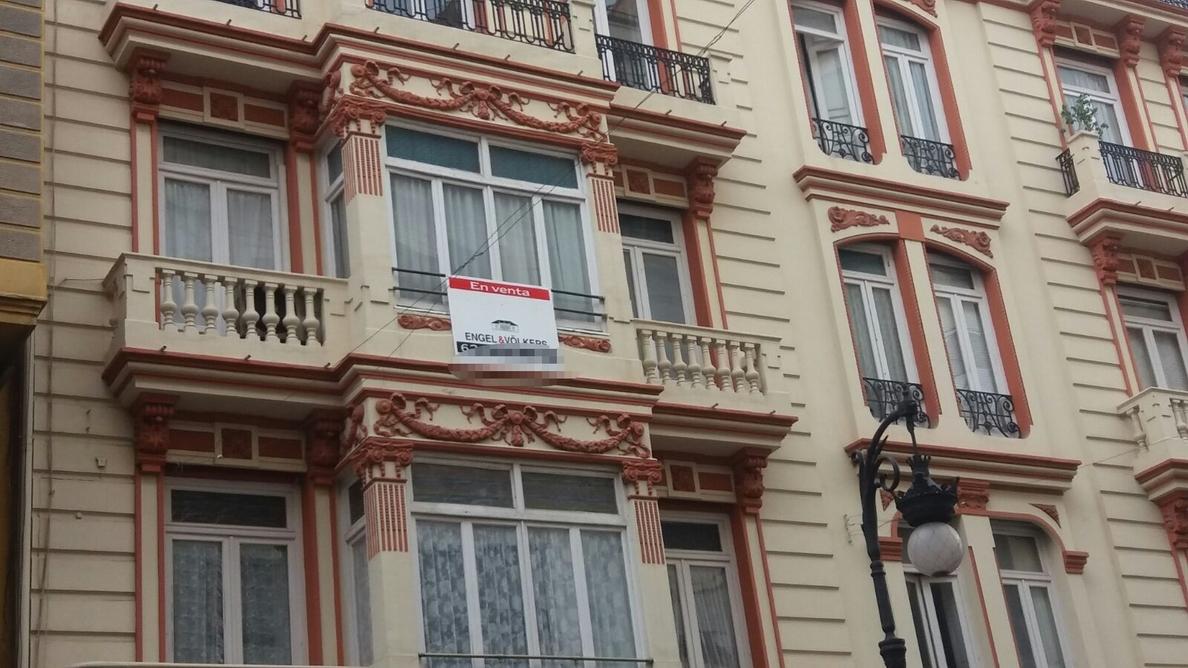 La demanda de vivienda de alquiler cae un 36% en un año por el alza de precios, según Fotocasa