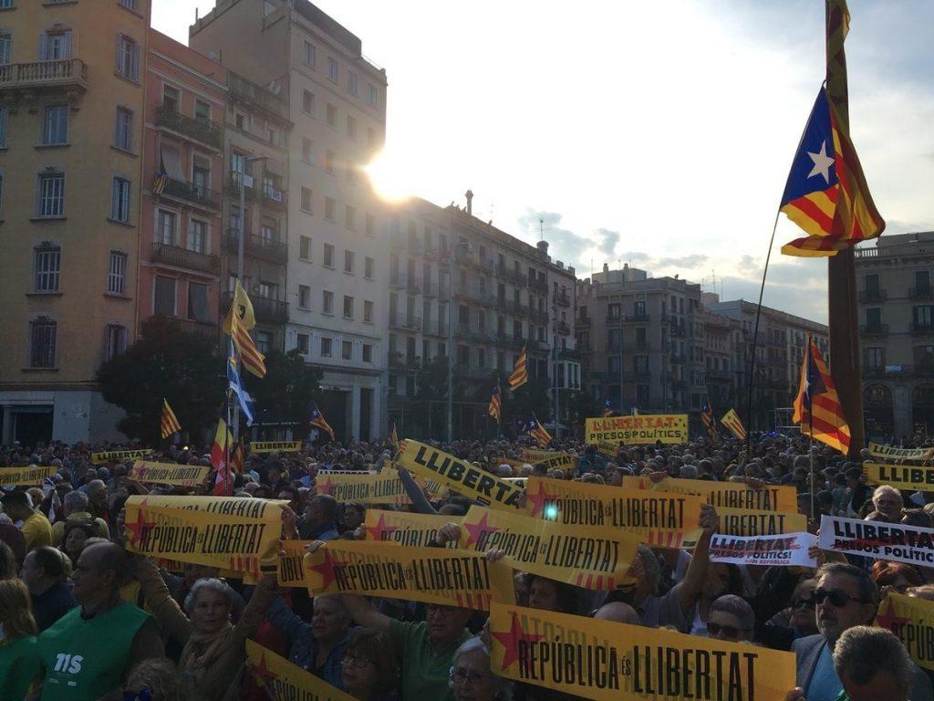 Un millar de personas se concentra en Barcelona contra el «chantaje» del 155