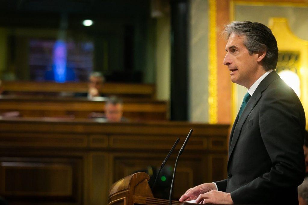 De la Serna, a una senadora de Podemos: «Una persona que se compra un piso de 600.000 euros, ¿es una persona indigna?»