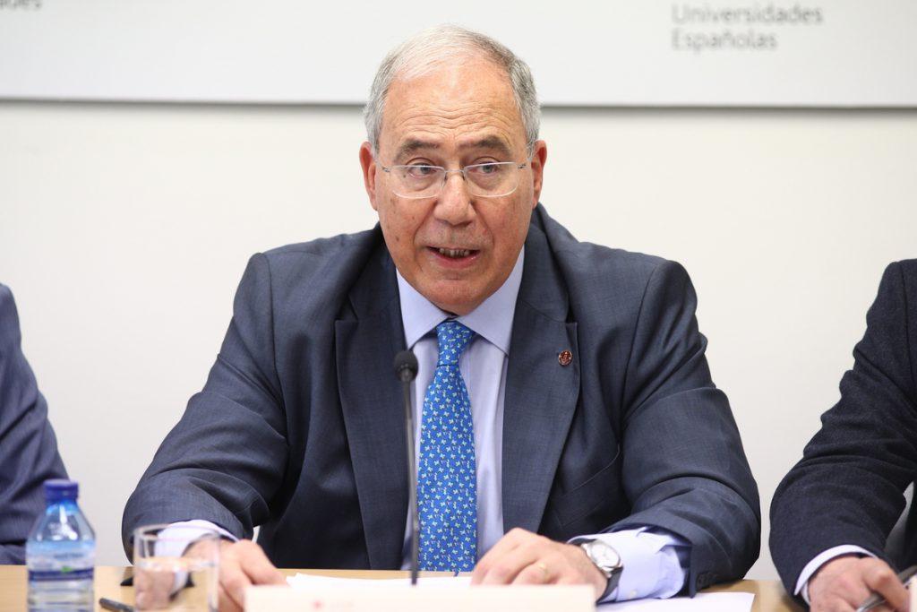 El presidente de la CRUE afirma que bajar la nota de 5,5 a 5 para acceder a una beca favorece la «equidad social»