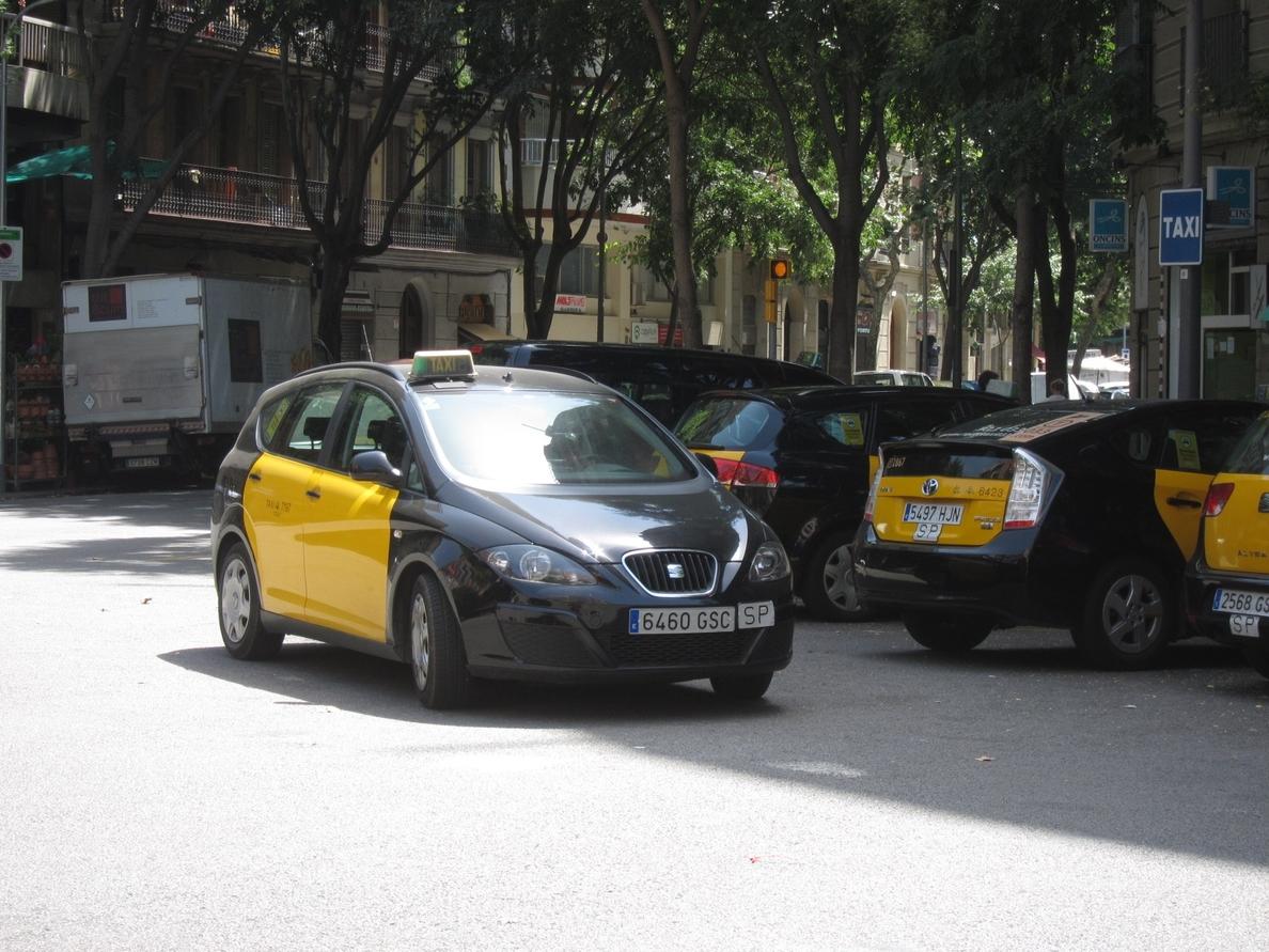 Los taxistas de Barcelona no podrán trabajar en bermudas, tirantes y chancletas