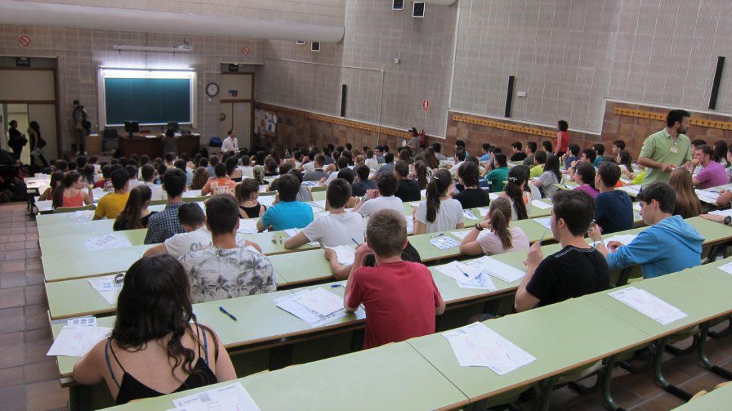 Estudiantes de una veintena de universidades consideran «insuficiente» la bajada de la nota de acceso a becas generales