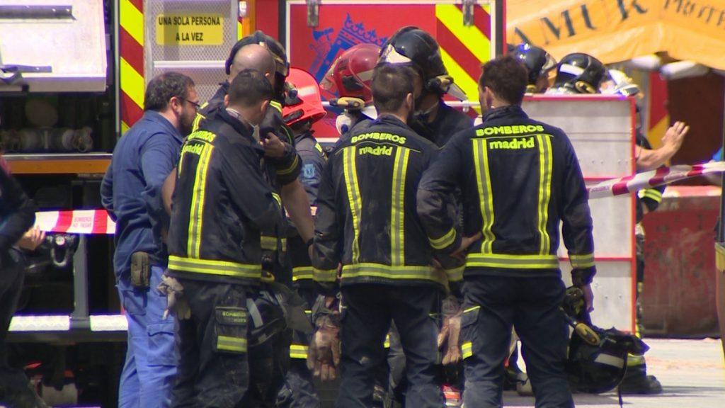Los bomberos demolerán partes superiores del edificio derrumbado en Madrid para trabajar en cielo abierto