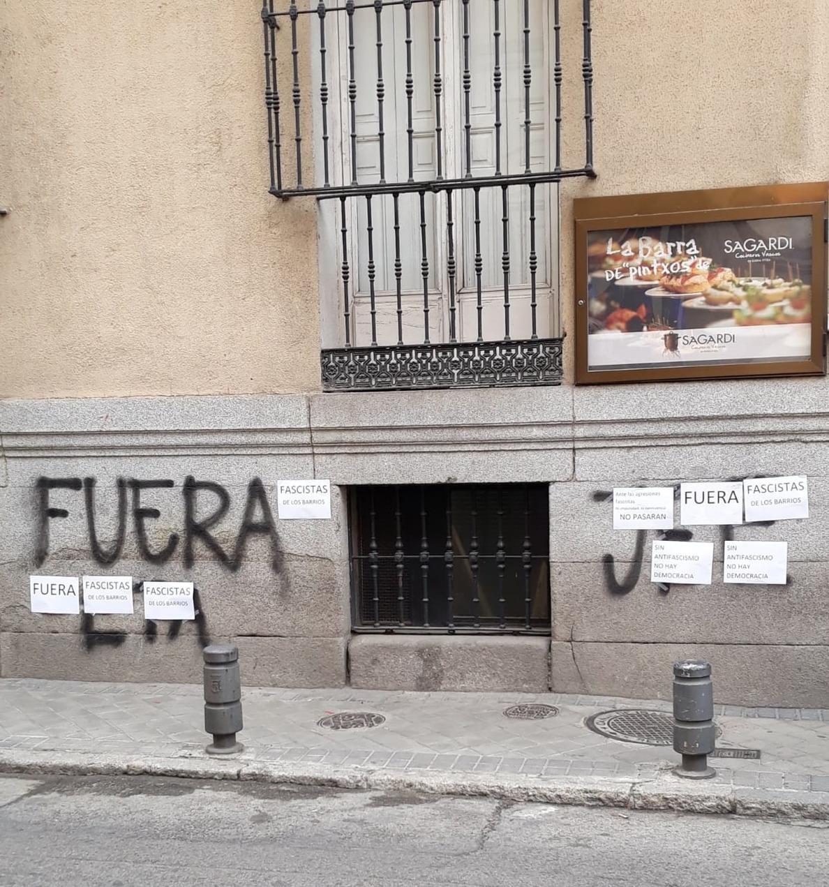 Aparecen pintadas de Falange contra ETA en el Hogar Vasco de Madrid, tapadas después con carteles antifascistas