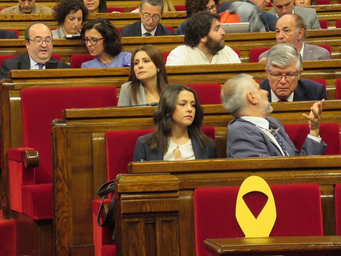 Arrimadas acusa al independentismo de ocupar «con simbología ideológica» el espacio del Govern