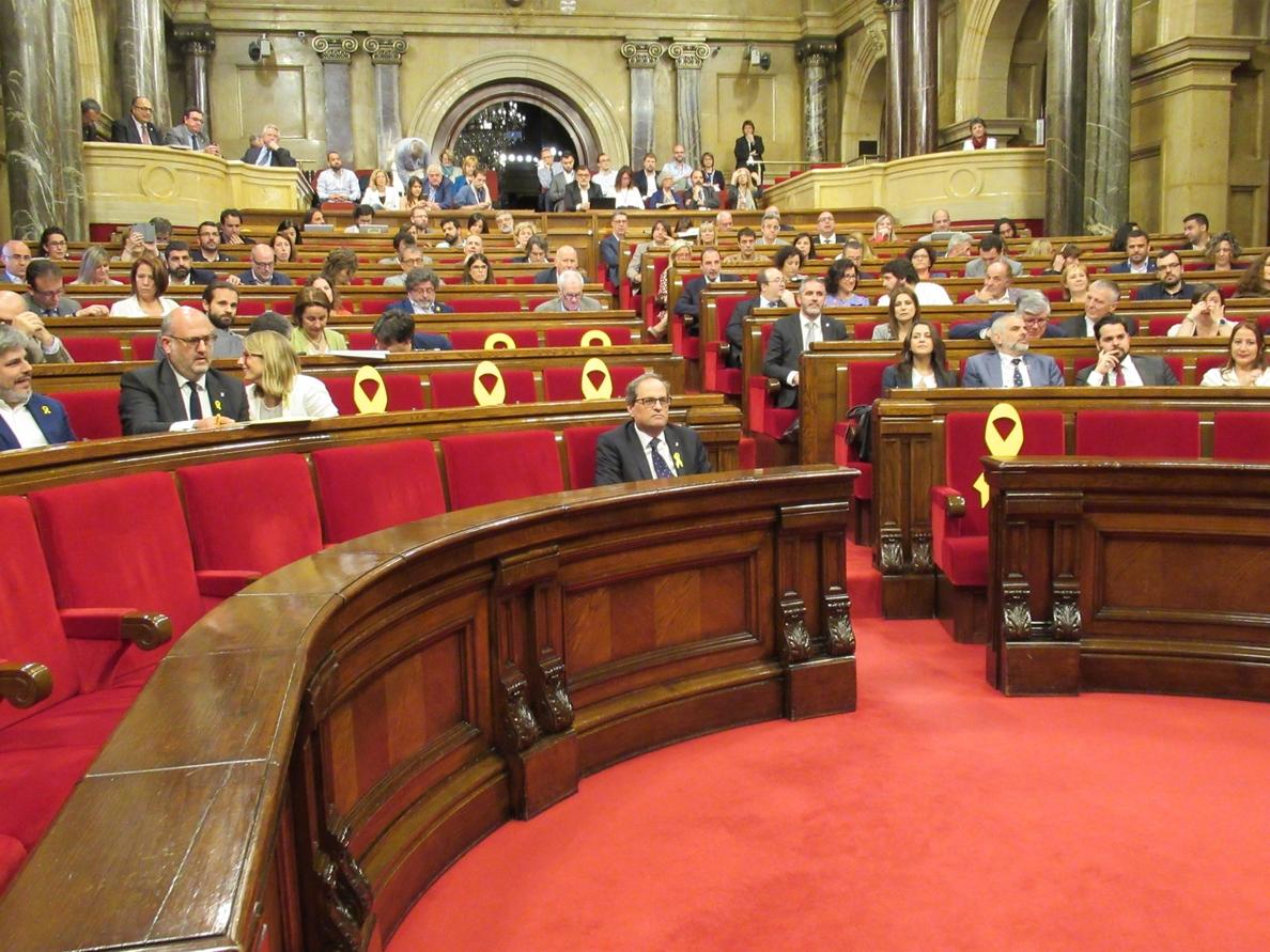 Puigdemont dice que Cs retira un lazo amarillo del Parlament por su «deriva nacionalfalangista»