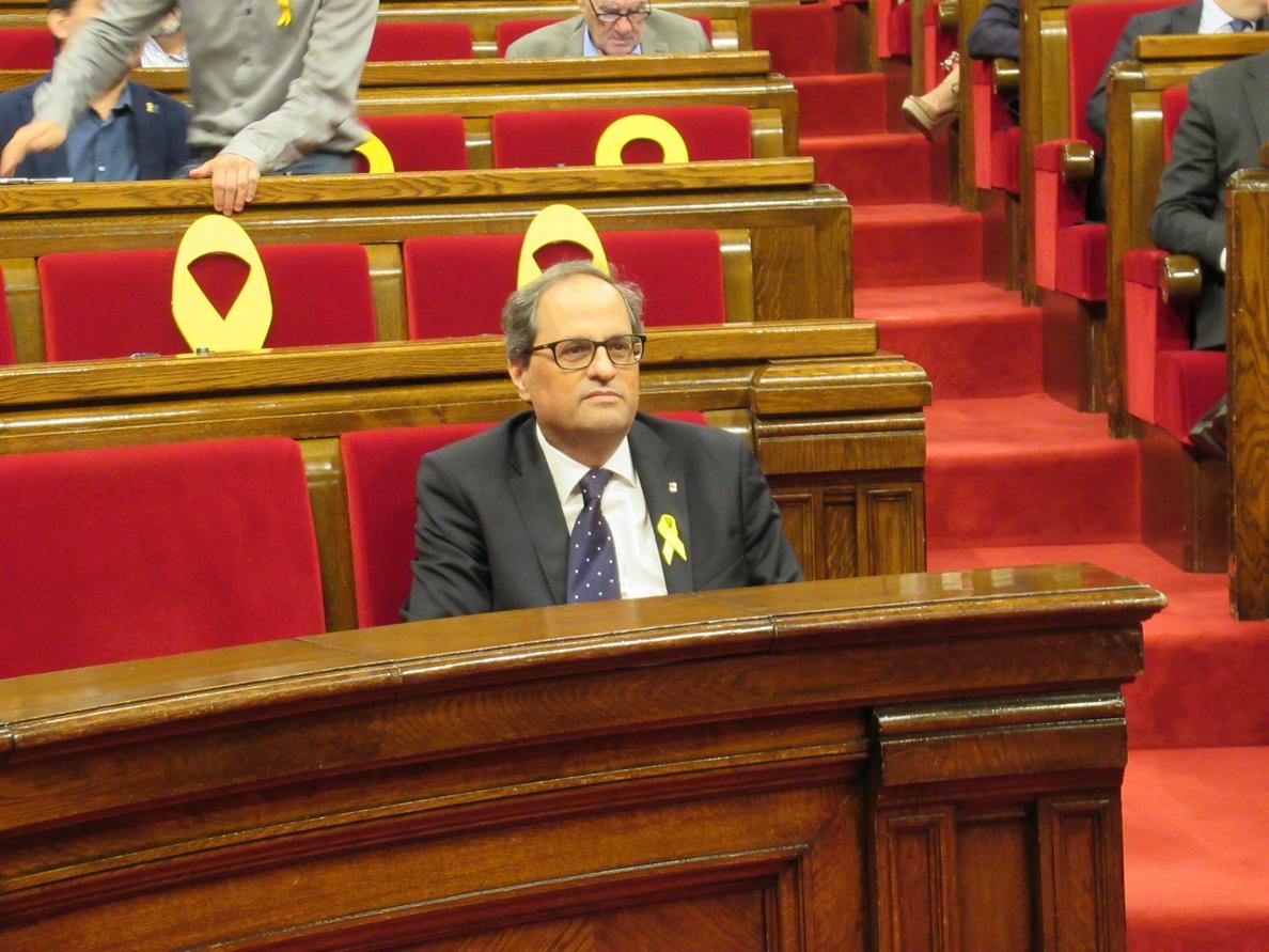 Torra se sienta solo en la bancada del Govern en el Parlament ante el bloqueo del Dogc