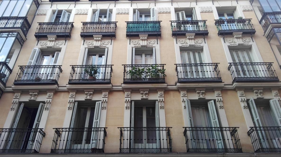 Un juez anula la venta de casi 3.000 viviendas públicas de Madrid a Azora en 2013