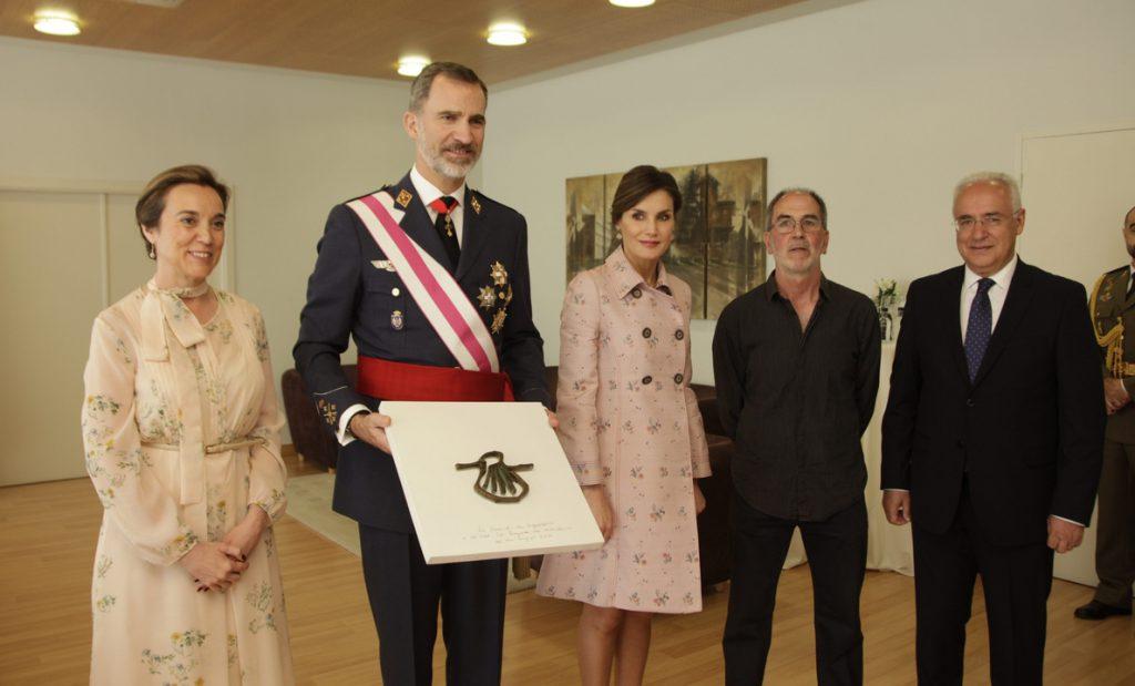 El Ayuntamiento de Logroño obsequia a los Reyes con la 'Vieira de Logroño', del artista riojano José Antonio Olarte