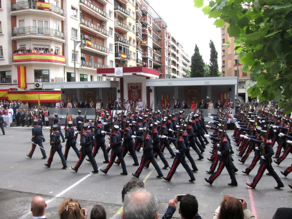 Los Reyes presiden un multitudinario desfile de las Fuerzas Armadas en Logroño