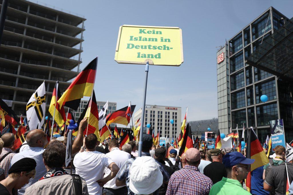 Miles de manifestantes salen a la calle en Berlín a favor y en contra de Alternativa para Alemania