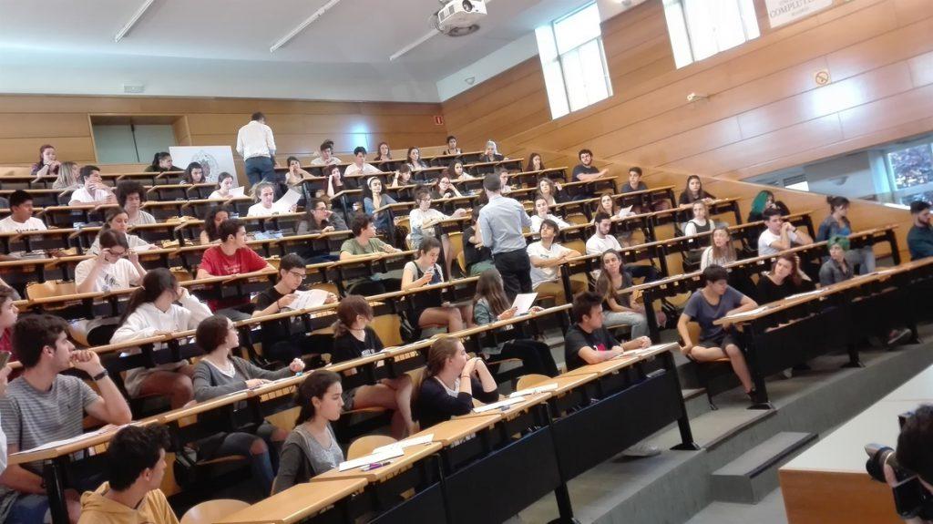 Uno de cada dos españoles residentes en la UE tiene estudios universitarios, frente al 32% de la media europea