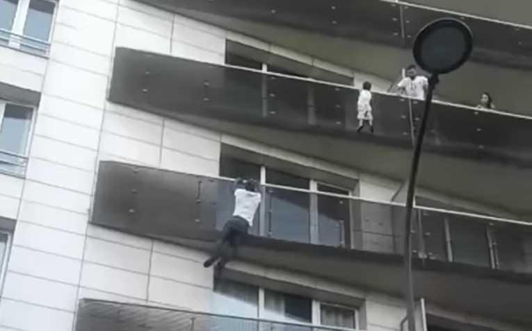 Macron concede la nacionalidad francesa al maliense que salvó a un niño colgado de un edificio