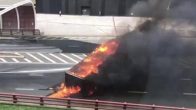 Arde un camión en el acceso al San Mamés en Bilbao