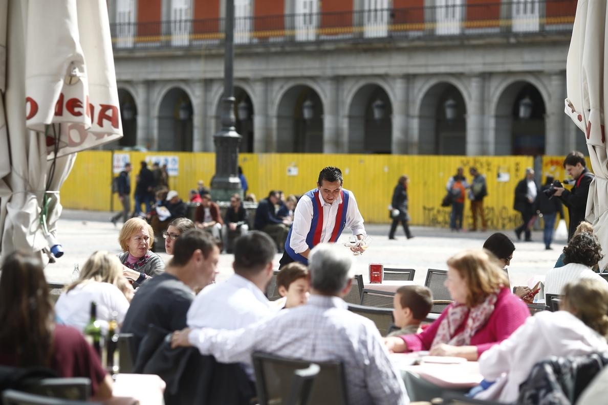 El sueldo anual más habitual sigue rondando los 16.500 euros, según el INE