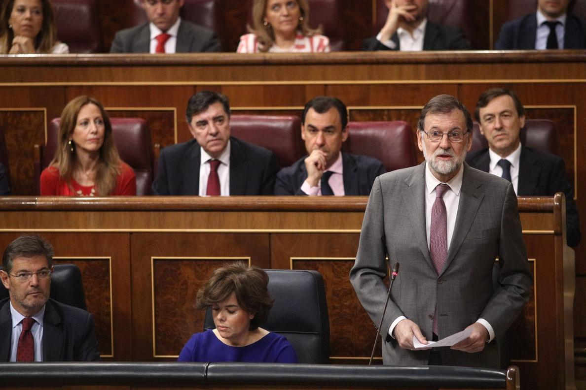 Rajoy dice que su intención es cumplir su mandato y se pregunta quién va a aceptar el «chantaje» de Sánchez