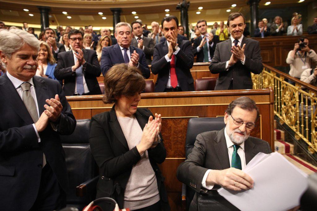 Moncloa y el PP sostienen que Rajoy no se plantea dimitir y que mañana acudirá a votar la moción de censura
